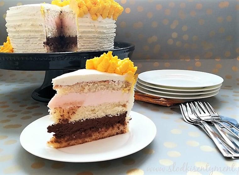 kawałek tortu na białym talerzyku