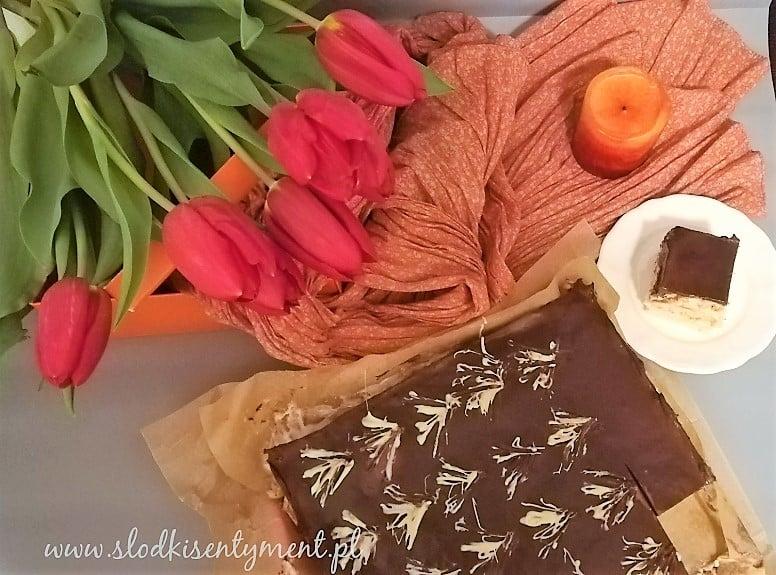 ciasto z masą śmietanowo-budyniową w tle tulipany