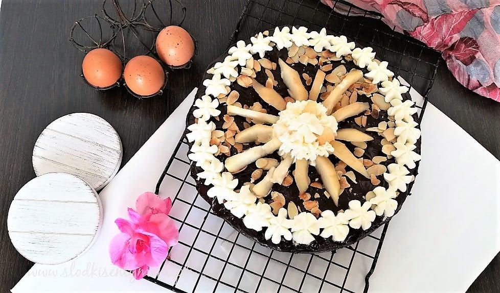 tort gruszkowo czekoladowy z bitą śmietaną i migdałami na kratce piekarniczej