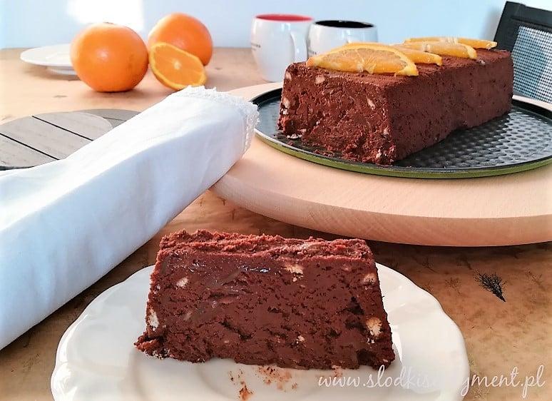 deser czekoladowy w formie bloku z kawałkami pomarańczy