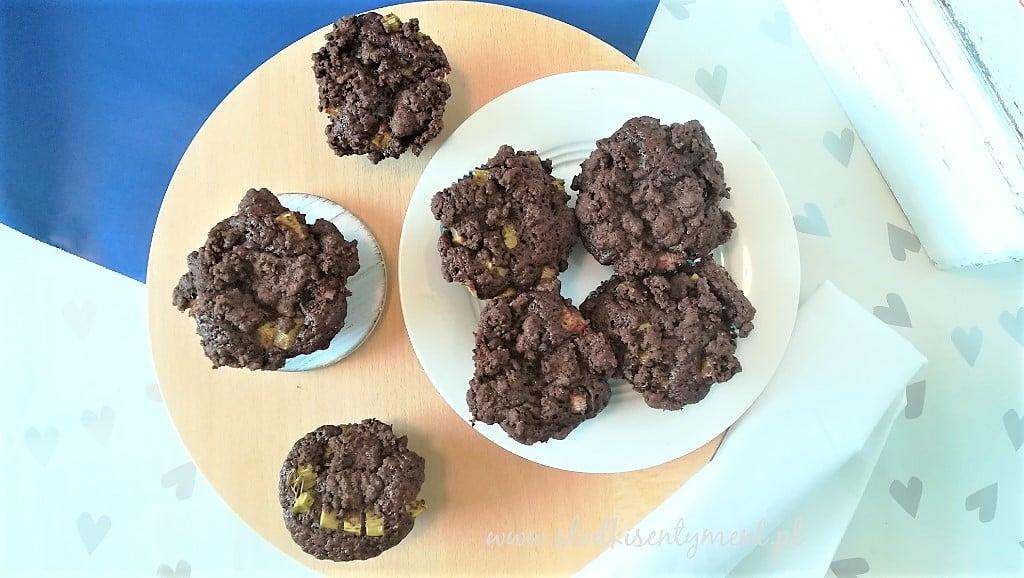 kakaowe babeczki z rabarbarem na okrągłej desce