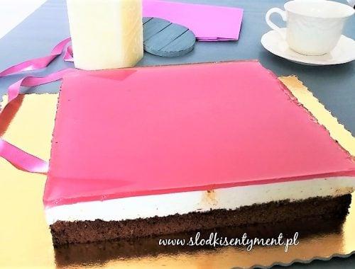 ciasto pokrzywowe z bitą śmietaną i galaretką