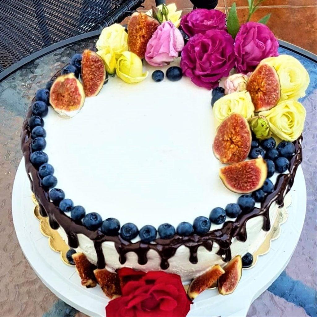 Tort z czekoladą, orzechową bezą i musem owocowym