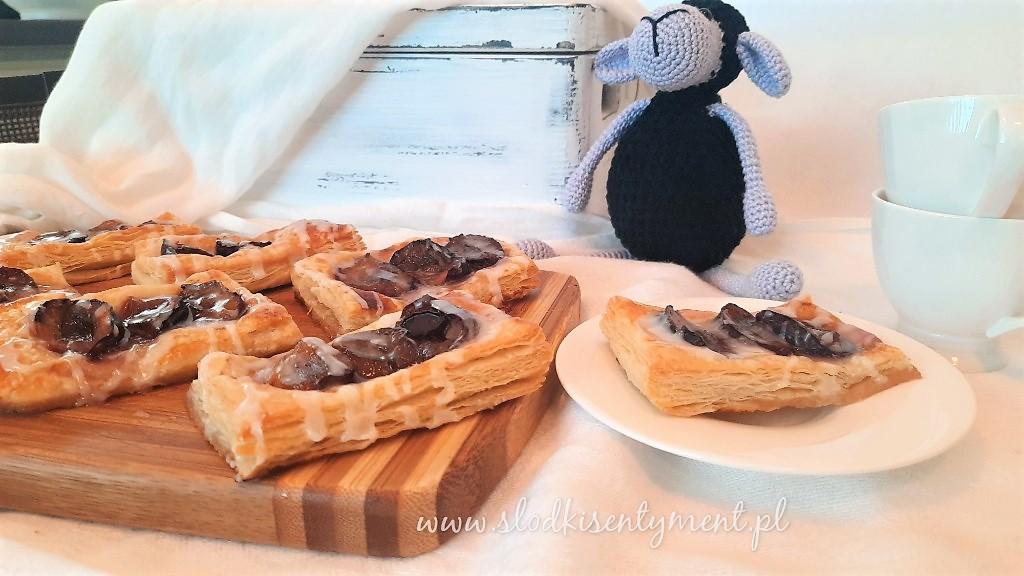 Ciastka francuskie ze śliwkami i pijanym lukrem