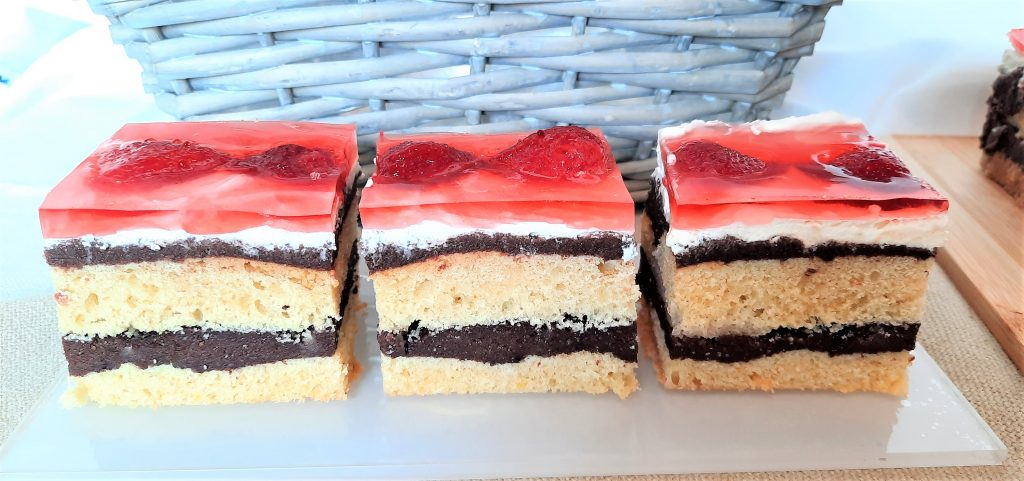 Ciasto przekładane z truskawkami