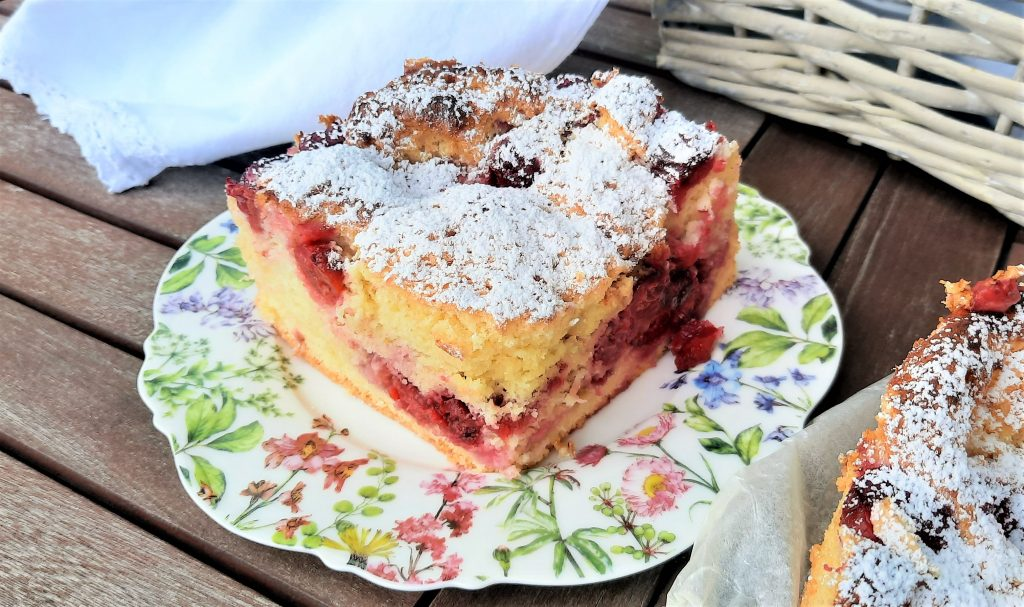 Ciasto biszkoptowe z owocami