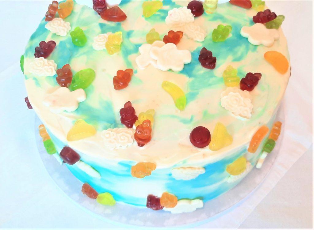 Tort śmietankowy z truskawkami i borówkami